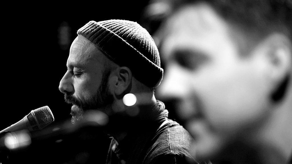 Jan Plewka und Marco Schmedtje spielen als Between The Bars bei TV Noir im April 2017