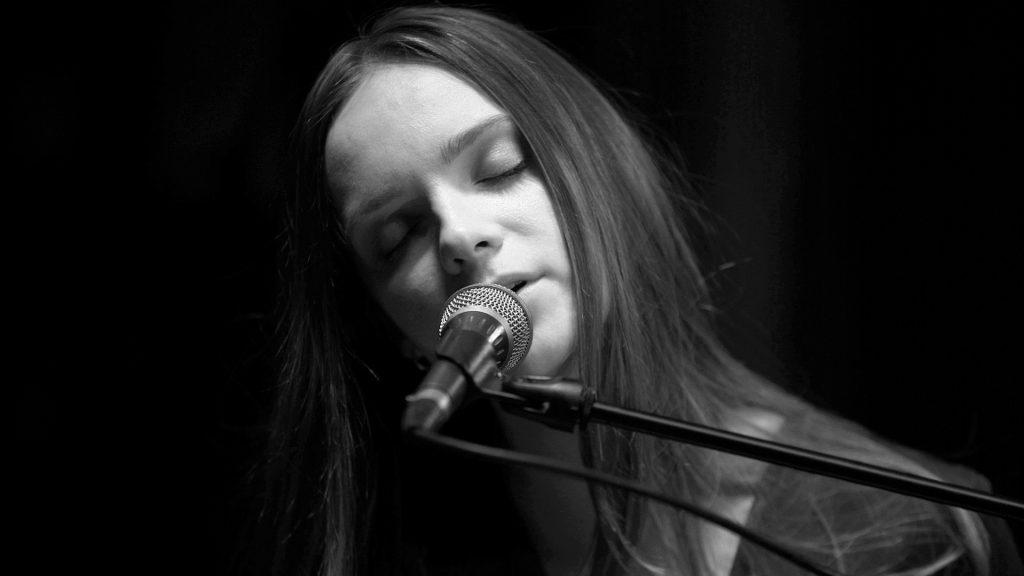 Kristy von Paradisia singt am Klavier bei TV Noir