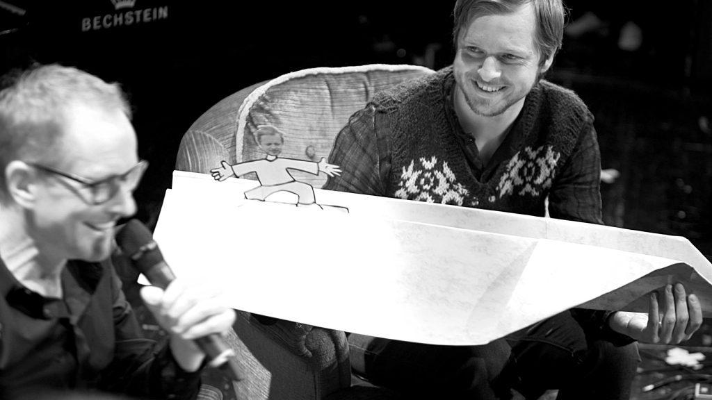 Teitur hält einen Papierflieger für das Spiel 'Die total verrückte Himmelfahrt' bei TV Noir im April 2017